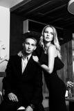 Un par cariñoso elegante está en un restaurante Pho blanco y negro Imagen de archivo libre de regalías