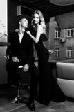 Un par cariñoso elegante está en un restaurante Pho blanco y negro Fotografía de archivo libre de regalías