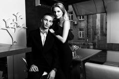 Un par cariñoso elegante está en un restaurante Pho blanco y negro Fotografía de archivo