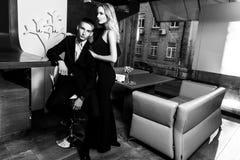 Un par cariñoso elegante está en un restaurante Pho blanco y negro Imagen de archivo