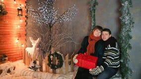 Un par cariñoso se goza contra un fondo de las decoraciones del cuento de hadas Tema de la Navidad y del Año Nuevo imagen de archivo libre de regalías