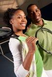 Un par consigue listo para jugar a tenis Fotos de archivo