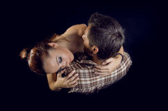 Un par de abarcamiento de los amantes. Visión desde arriba Fotografía de archivo libre de regalías