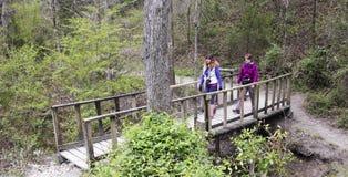Un par de alza Cedar Ridge Preserve de las mujeres fotos de archivo libres de regalías