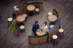 Un par de amantes se está sentando en un café Visión desde arriba imágenes de archivo libres de regalías
