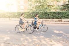 Un par de amigos con las bicis, falta de definición de movimiento Fotos de archivo libres de regalías