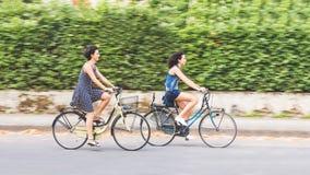 Un par de amigos con las bicis, falta de definición de movimiento Imagen de archivo libre de regalías