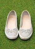 Un par de bailarina diseña los zapatos en un fondo de la hierba verde Fotografía de archivo libre de regalías
