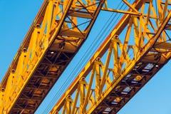 Un par de bragueros amarillos de la construcción, mirando para arriba foto de archivo