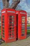 Un par de cabinas de teléfonos inglesas rojas Foto de archivo libre de regalías