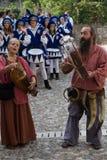 Un par de cantantes en la ropa medieval que juega sus viejas canciones fotos de archivo