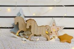 Un par de figuras retras de caballos mecedora Foto de archivo libre de regalías