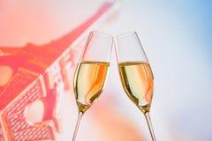 Un par de flautas de champán con las burbujas de oro en fondo de la falta de definición Fotografía de archivo