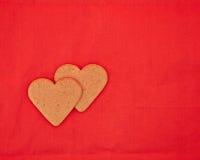 Un par de galletas en forma de corazón hechas en casa Foto de archivo