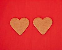 Un par de galletas en forma de corazón hechas en casa Imagen de archivo libre de regalías