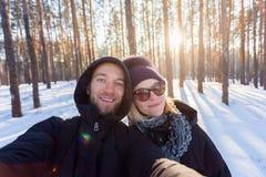Un par de gente joven en un fondo del bosque del pino fotografía de archivo libre de regalías