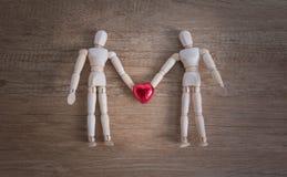 Un par de hombre de madera de la muñeca el los día de San Valentín que muestran amor el uno al otro Fotografía de archivo libre de regalías