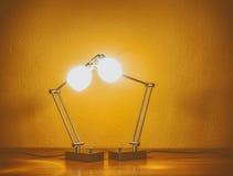 Un par de lámparas de mesa encendidas Foto de archivo