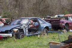 Un par de los años 90 Ford Mustangs en la yarda del salvamento Imágenes de archivo libres de regalías