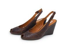Un par de los zapatos del alto-talón de las mujeres contra el fondo blanco Imagen de archivo