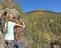 Un par de muchachas admira una vista del pico de Agassiz imagenes de archivo
