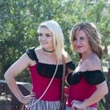 Un par de muchachas del salón de Tucson viejo, Tucson, Arizona Imagen de archivo