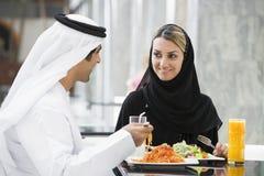 Un par de Oriente Medio que disfruta de una comida imagenes de archivo