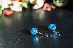 Un par de pendientes hechos a mano de gotas del color de la turquesa Imagenes de archivo