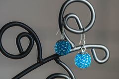 Un par de pendientes hechos a mano de gotas del color de la turquesa Foto de archivo