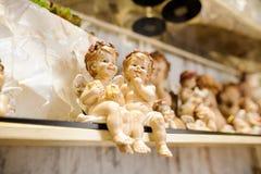Un par de pequeños ángeles de guarda de la Navidad, cierre para arriba Foto de archivo