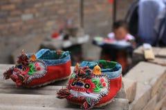 Un par de pequeños zapatos Fotos de archivo libres de regalías