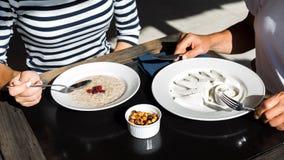 Un par de personas, un hombre y una mujer están desayunando en el th imágenes de archivo libres de regalías