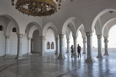 Un par de personas jovenes en viajes a la mezquita Salam Mosque en Sharm el Sheikh imagen de archivo libre de regalías