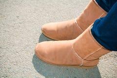 Un par de pierna de botas del invierno de la muchacha Fotografía de archivo libre de regalías