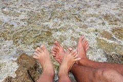 Un par de pies en el fondo del mar Mediterráneo en favorable Imágenes de archivo libres de regalías