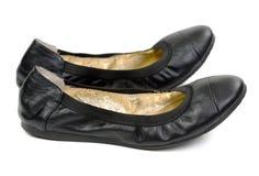 Un par de planos negros del ballet de los zapatos de cuero Foto de archivo libre de regalías