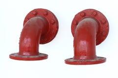Un par de rojo pintó la pieza acodada del tubo del reborde Imágenes de archivo libres de regalías