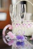 Un par de vidrios de la boda y de una cesta Imágenes de archivo libres de regalías