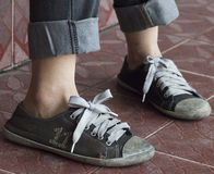 Un par de zapatillas de deporte viejas Foto de archivo libre de regalías