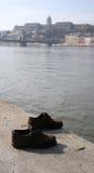 Un par de zapatos en el banco de Budapest Fotografía de archivo