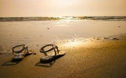 Un par de zapatos en la playa fotos de archivo