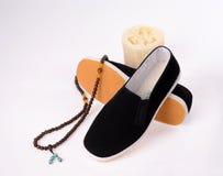 Un par de zapatos tradicionales hechos a mano del paño de Pekín Imágenes de archivo libres de regalías