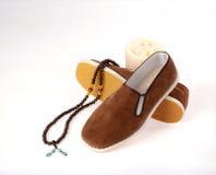 Un par de zapatos tradicionales hechos a mano del paño de Pekín Foto de archivo