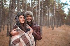 Un par en amor abraza y mira en la distancia outdoors imagenes de archivo