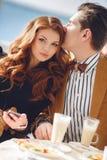 Un par en amor en un café del verano Imágenes de archivo libres de regalías