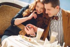 Un par en amor en un café del verano Fotos de archivo