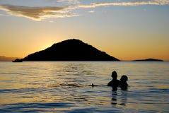 Un par en el lago Malawi en la puesta del sol imagen de archivo