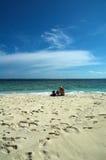 Un par en la playa Foto de archivo libre de regalías