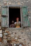 Un par en la ropa medieval que aplaude sus manos en la ventana fotos de archivo