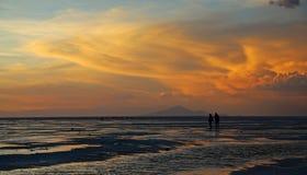 Amantes en la sal plana Imagenes de archivo